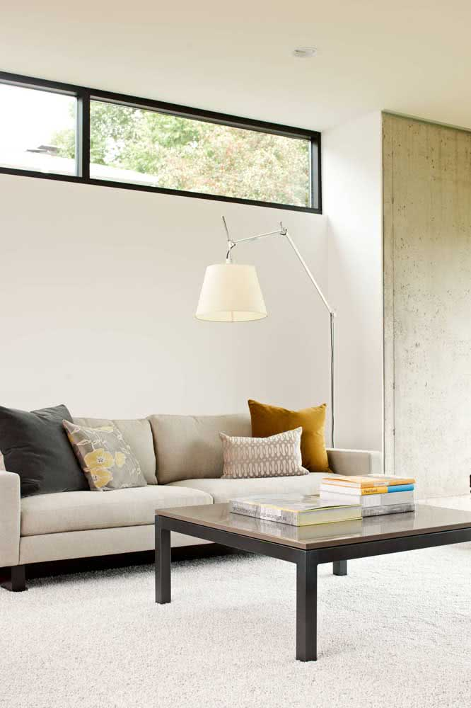 Sala minimalista tem cor sim! Essa aqui no caso é mostarda