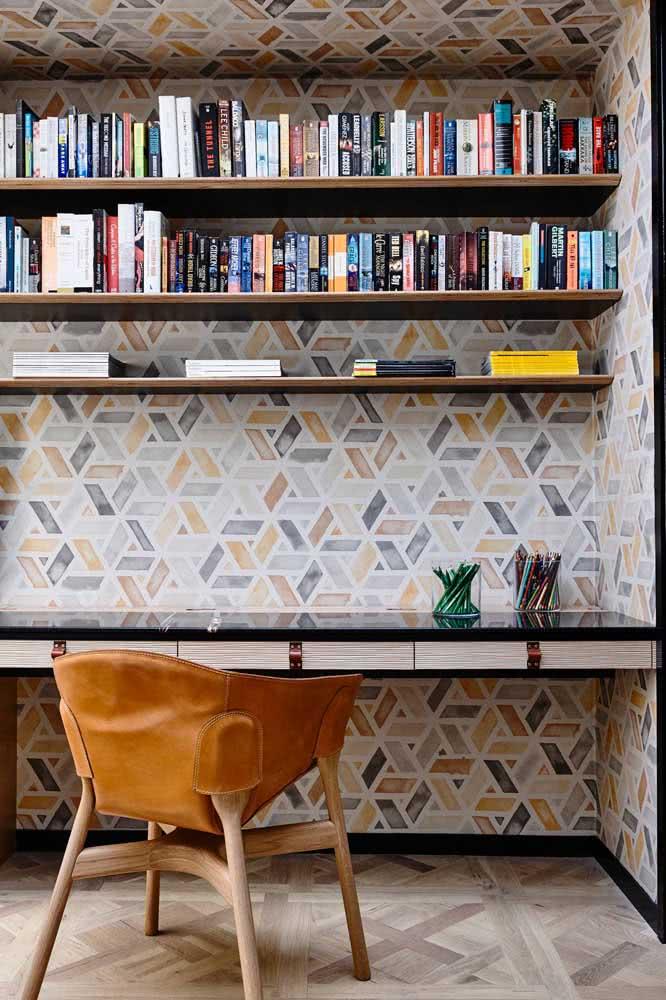 Quando o papel de parede azul e mostarda combinam com a poltrona aí é amor a primeira vista!