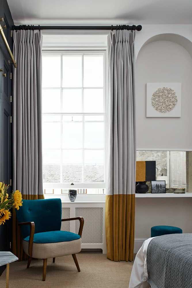 Um ótimo exemplo de como o pouco pode ser muito! Repare que apenas a parte de baixo da cortina ganhou a cor mostarda