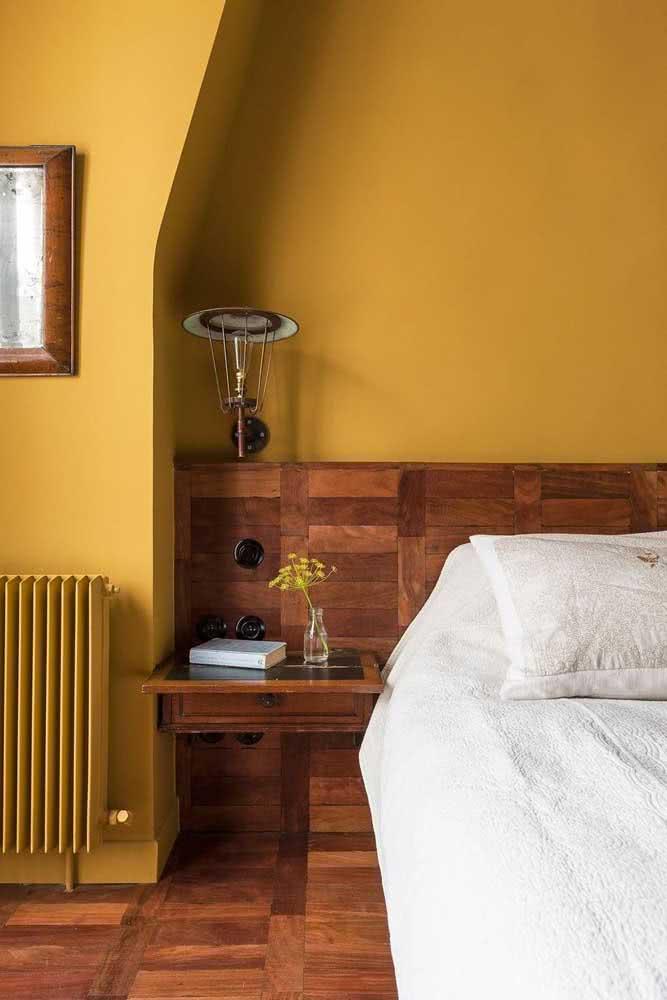 Parede interna mostarda combinando com a madeira do revestimento: uma dupla e tanto