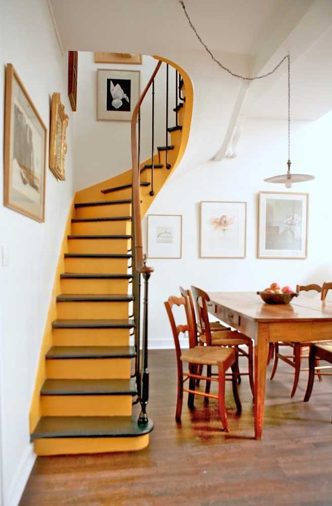 Já pensou pintar a escada de mostarda? Então deveria!