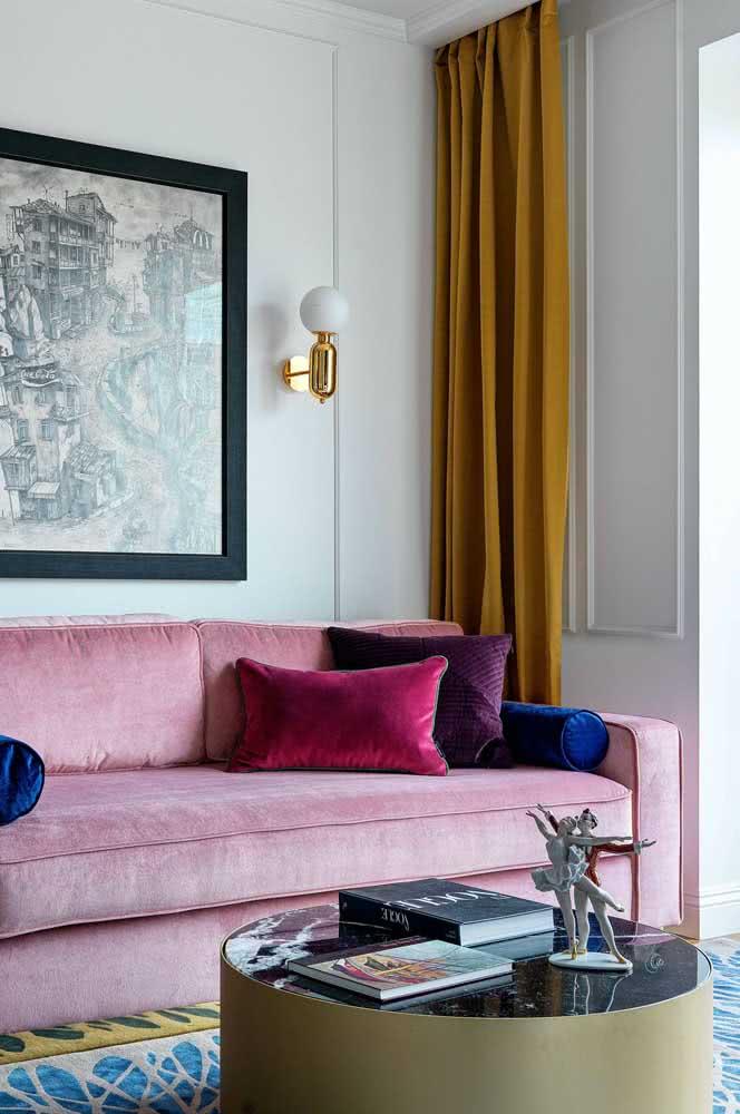 Cortina mostarda, sofá rosa, tapete azul...uma paleta de cores variada e contemporânea
