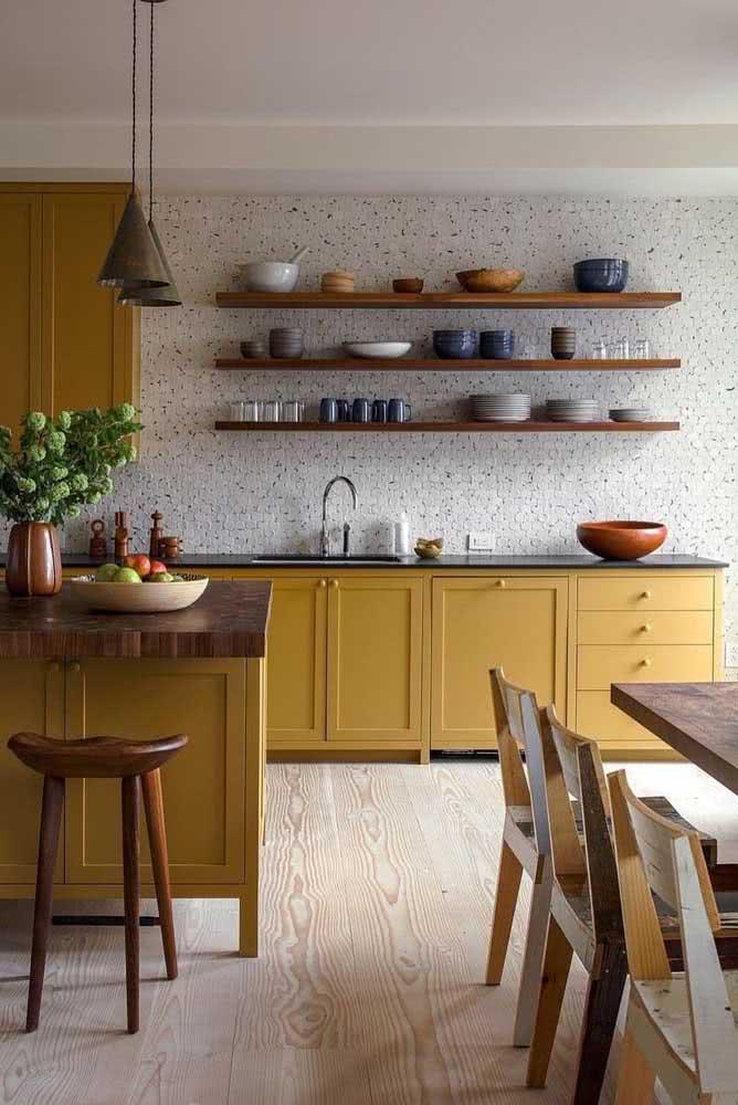 Nessa cozinha, os armários de marcenaria clássica ganharam vida com a cor mostarda