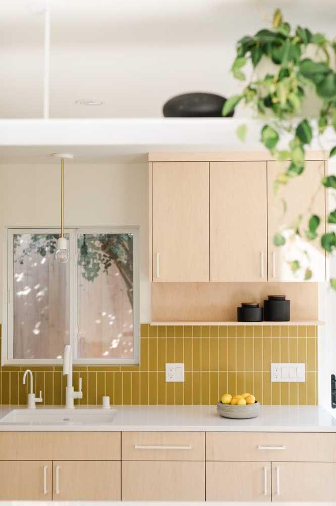 Olha que mimo essa parede de revestimento mostarda combinando com os armários em rosa claro