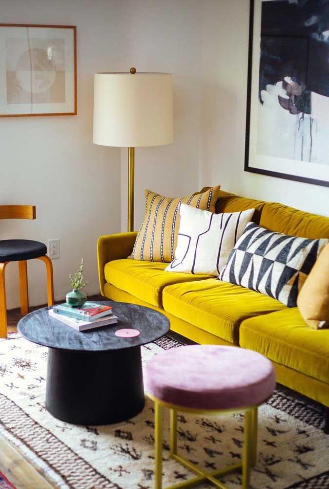 Sofá mostarda para uma sala pequena e simples, mas cheia de personalidade