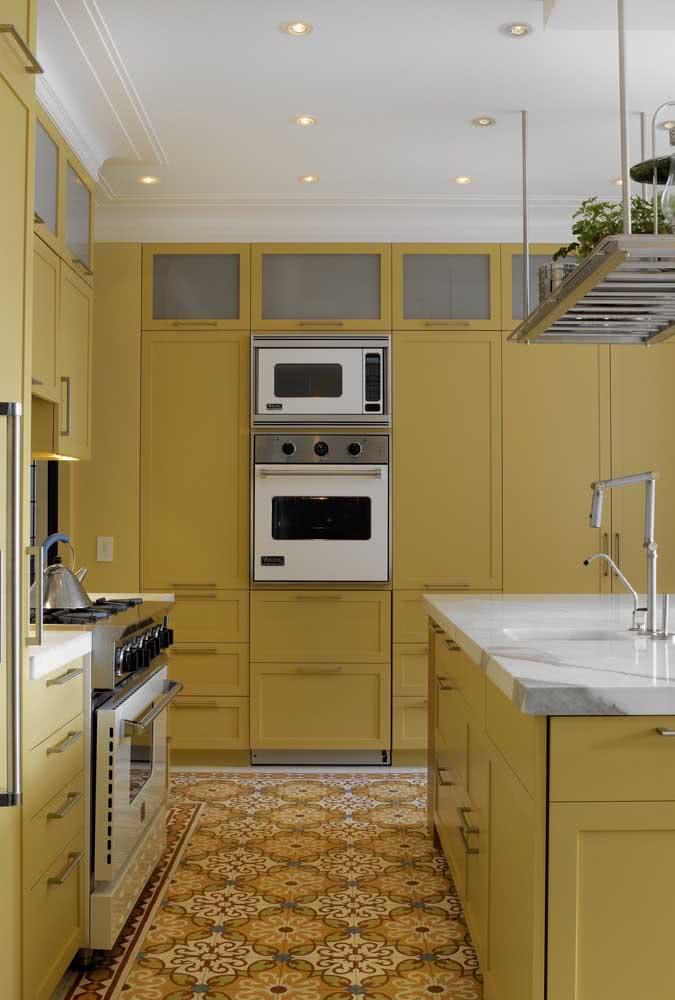 Conceitual, essa cozinha toda em cor mostarda traz calor e aconchego