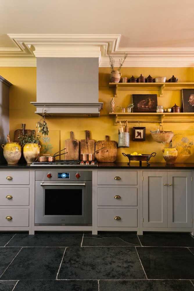 Parede mostarda para uma cozinha rústica