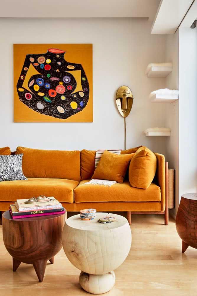Combine o sofá mostarda com peças em madeira e fibras naturais