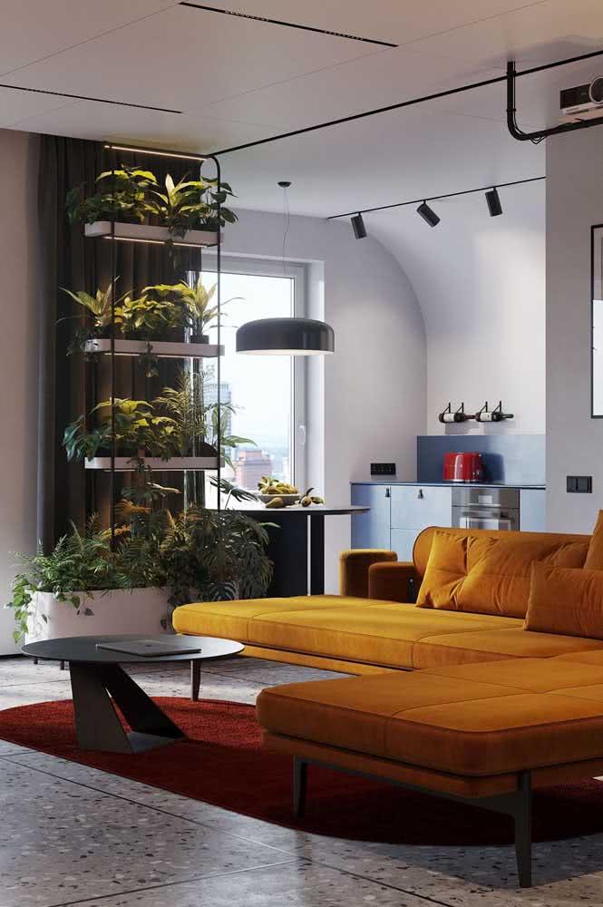 E que tal essa ideia: sofá mostarda com tapete vermelho queimado