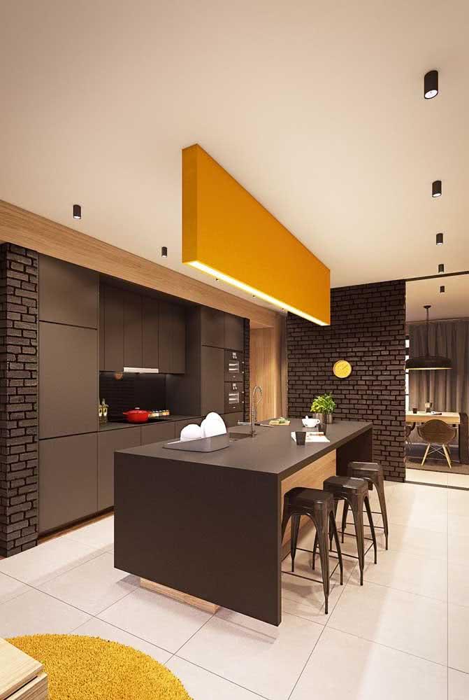 A cozinha de móveis pretos ganhou o toque de cor que precisava