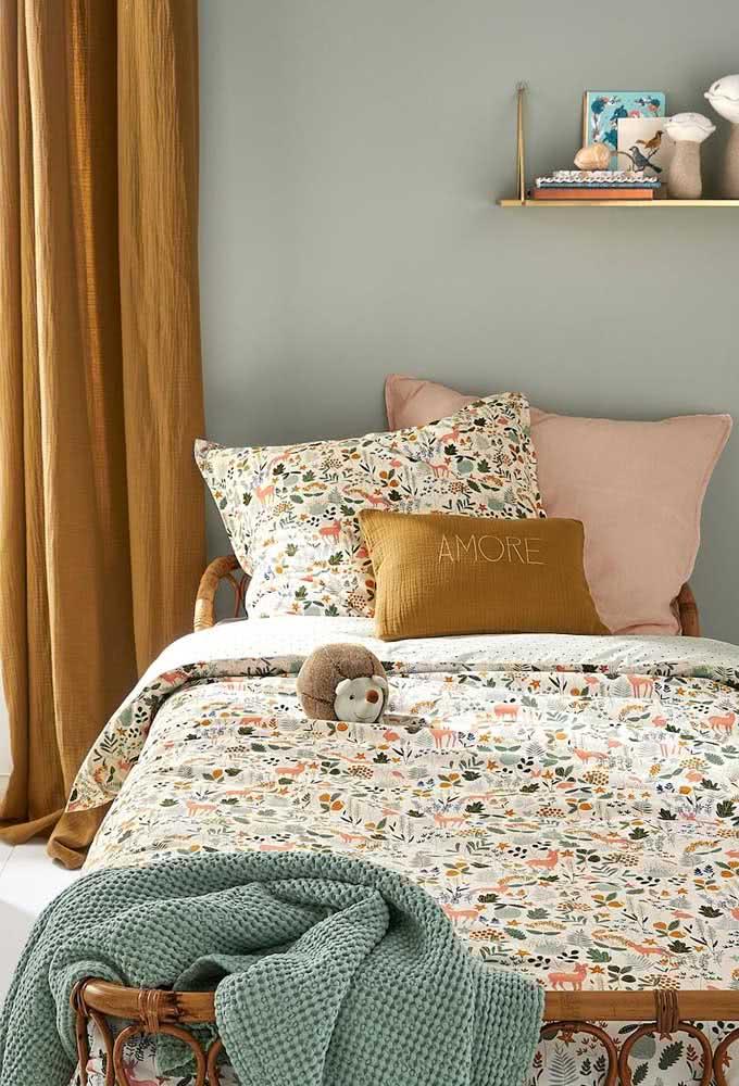Quarto infantil com detalhes em cor mostarda na cortina, na almofada e na roupa de cama