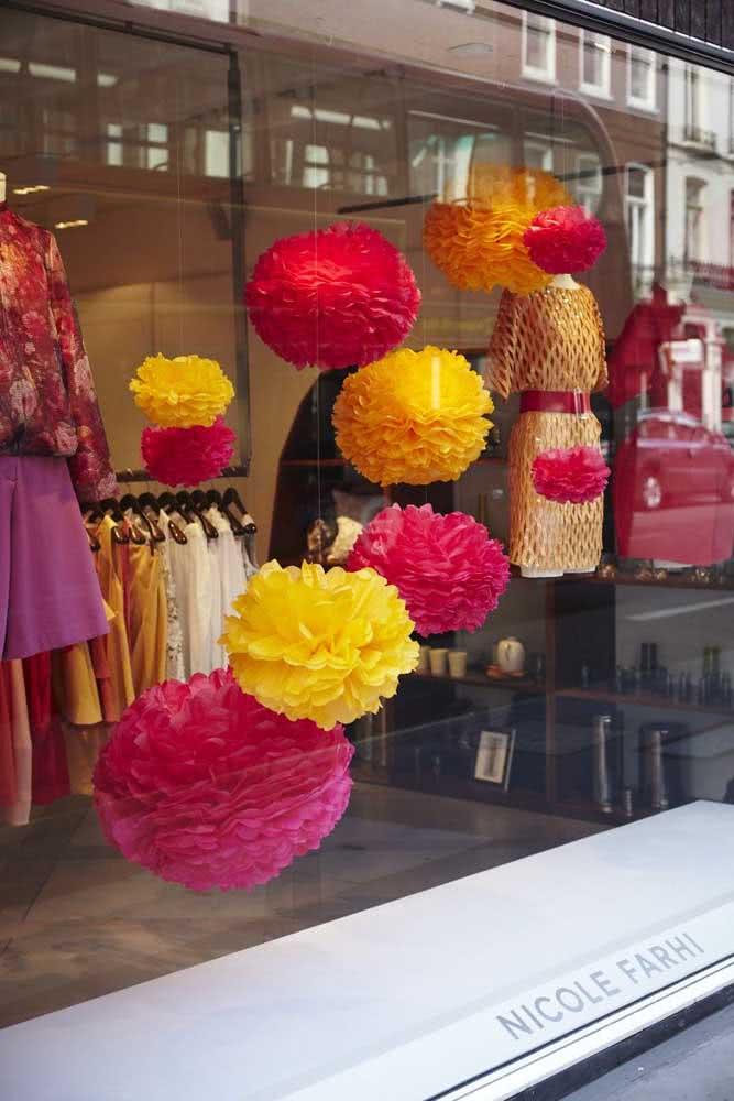 Pompons coloridos de papel para a loja de roupas feminina clássica