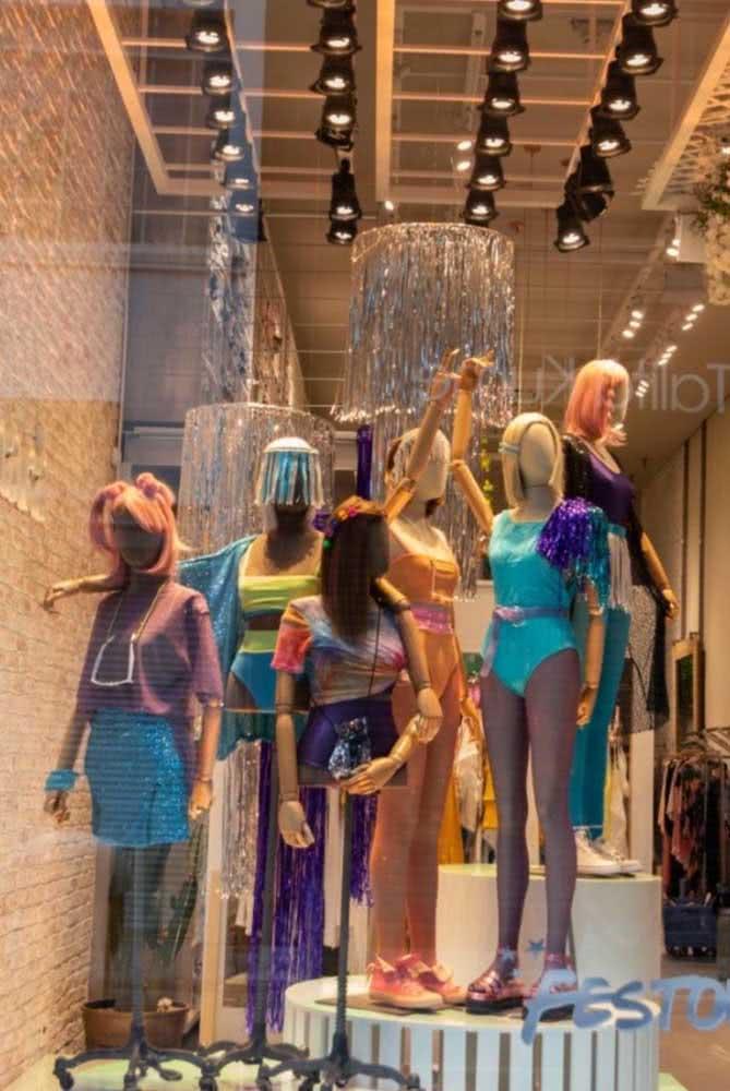 Loja de roupas moderna com vitrine de carnaval