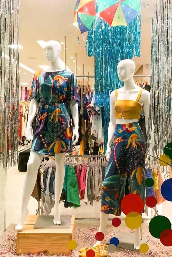 Decoração de carnaval para vitrine de loja de roupas. Destaque para as serpentinas, os adesivos e as sombrinhas de frevo