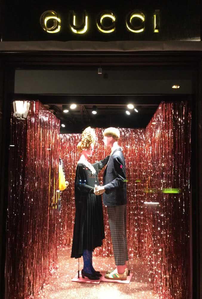 Estilo e elegância para a vitrine de carnaval da loja de roupas. Repare que aqui, menos é mais. O destaque fica por conta da iluminação