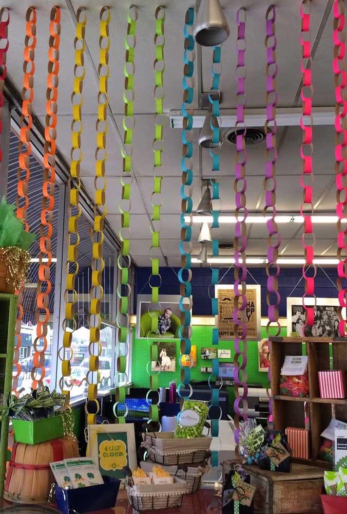 Rolinhos de papel coloridos. Use materiais recicláveis para fazer a vitrine de carnaval