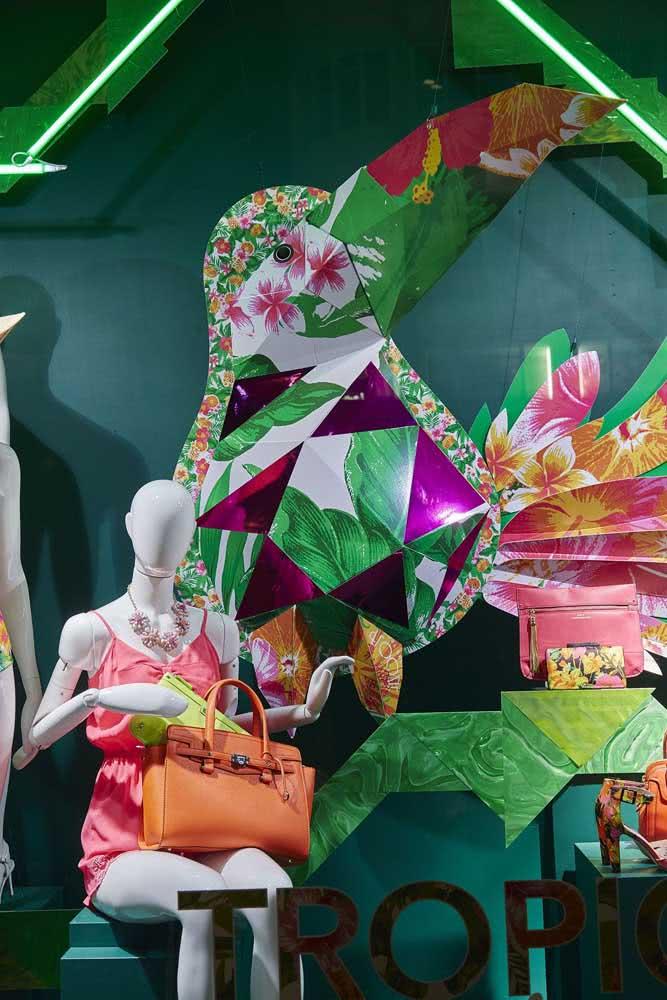 Nessa outra vitrine são os elementos tradicionais do Brasil que se destacam, como o tucano, as flores de chita e o patchwork