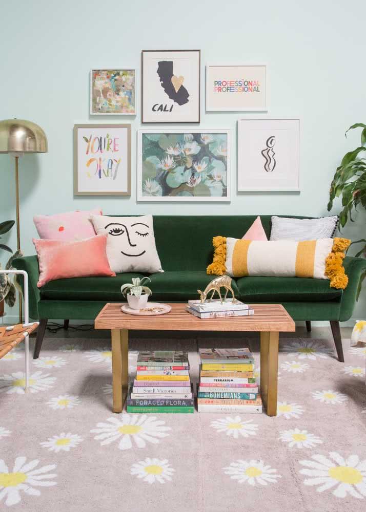 Sofá verde de veludo para sala de estilo retrô. Destaque para a combinação de cores usada no ambiente