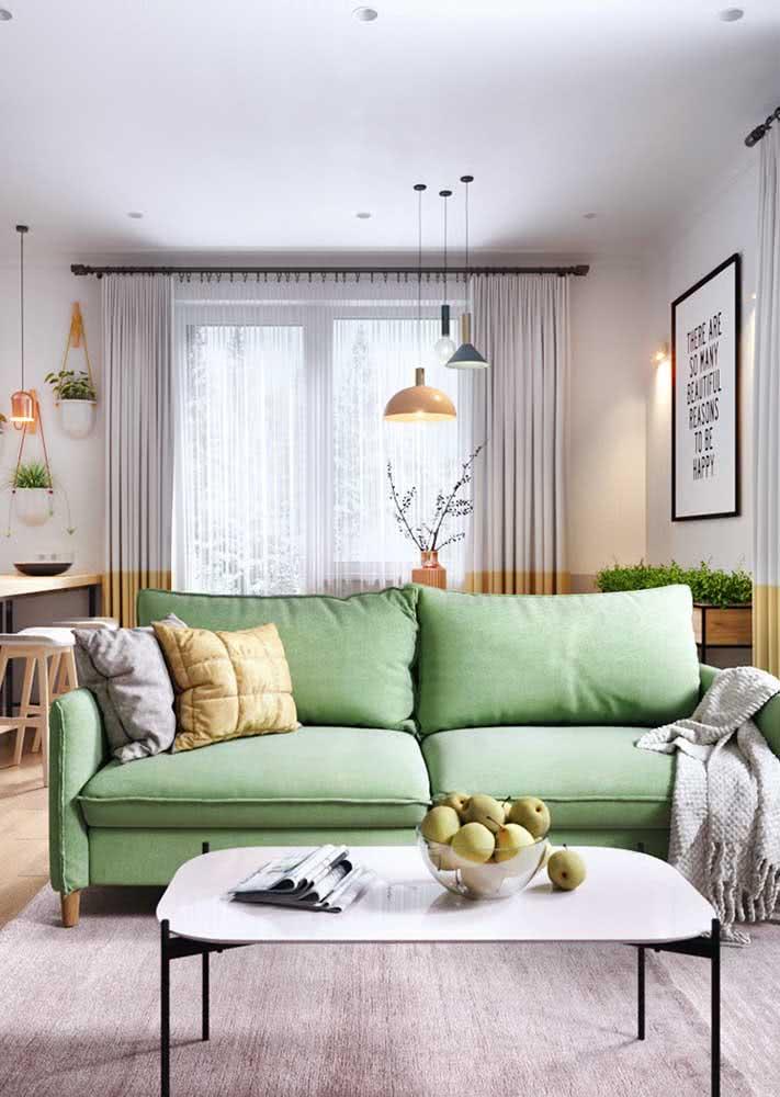Sofá verde claro para a sala pequena e aconchegante decorada em tons neutros