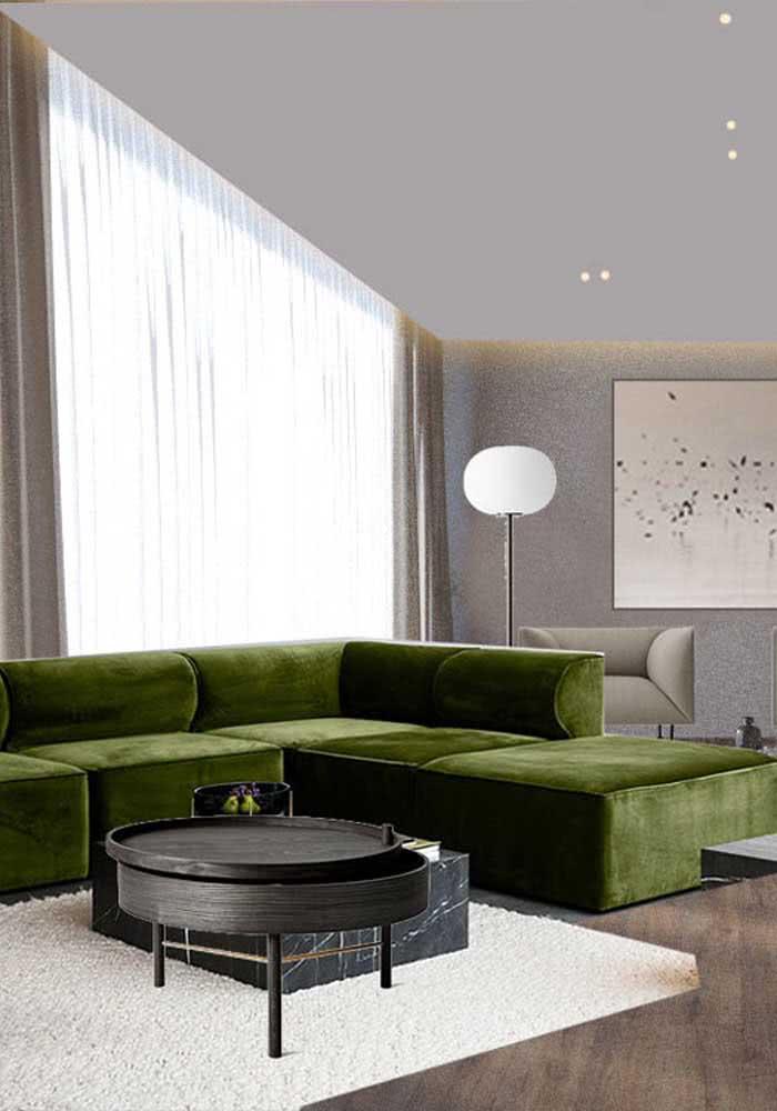 Já essa sala moderna apostou em um sofá verde musgo de veludo para se destacar