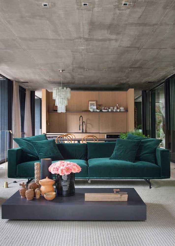 Moderna e com um leve toque industrial, essa outra sala investiu em um sofá verde azulado