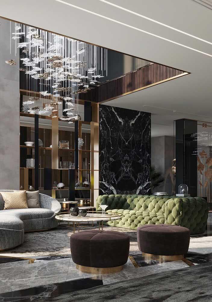 Aqui, o sofá verde com acabamento capitonê é um charme só!