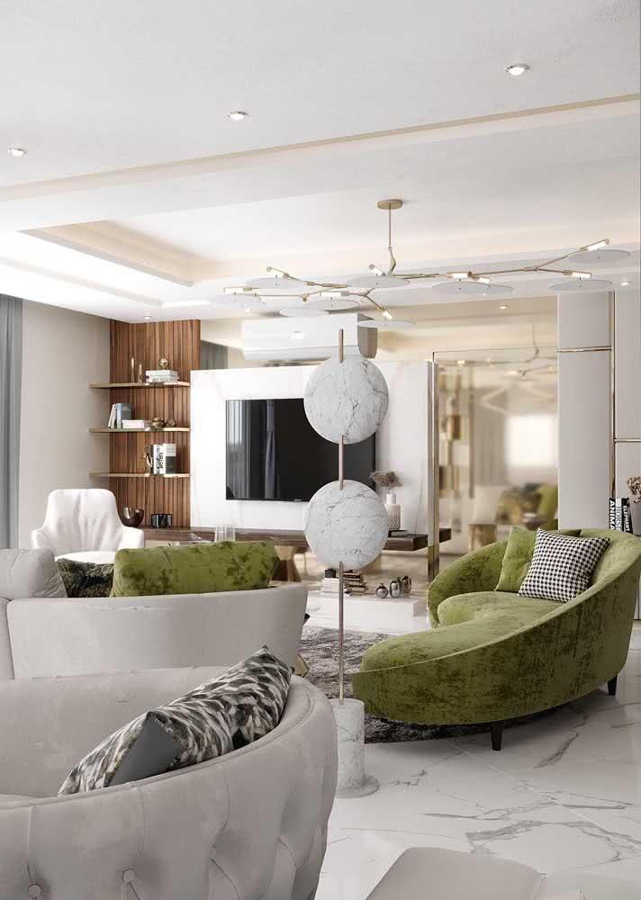 Sofá verde oliva para sala branca