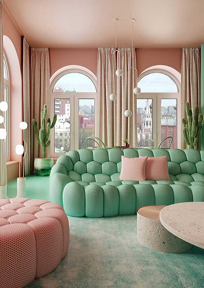 A mais tropical das composições: verde e rosa. O sofá, é claro, não poderia ser de outra cor!
