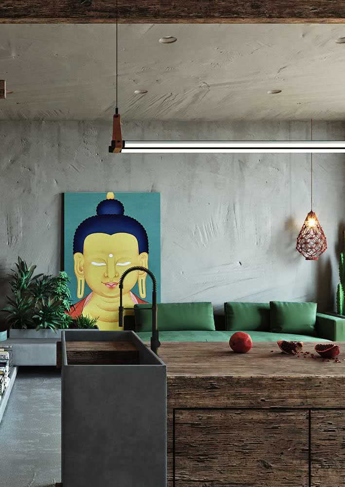 Falando em parede...aqui, o sofá verde forma um contraste perfeito com o cimento queimado
