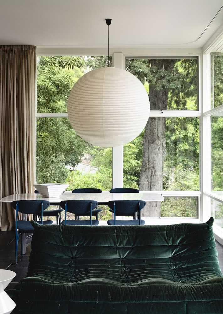 Para um visual mais despojado, invista em um sofá verde estilo futton
