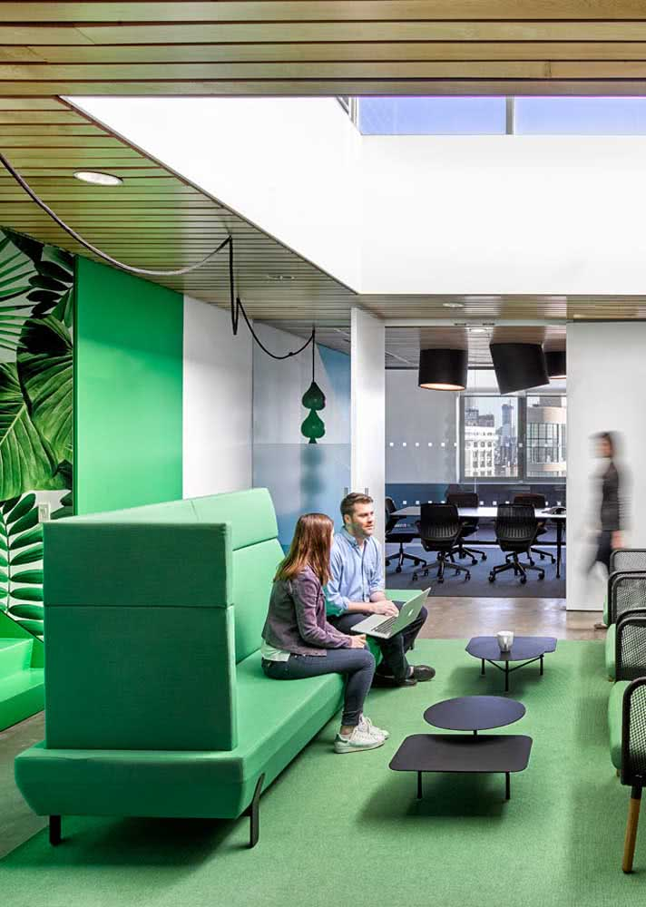 Em um ambiente conceitual vale ir um pouco mais a fundo e ampliar o uso do verde, colocando a cor no sofá, nas paredes e no chão