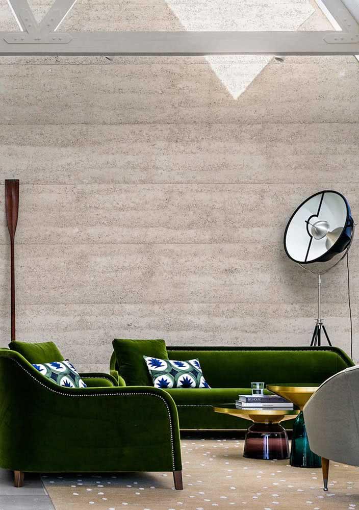 O sofá de veludo é a melhor companhia do tom de rosa claro da parede e do piso
