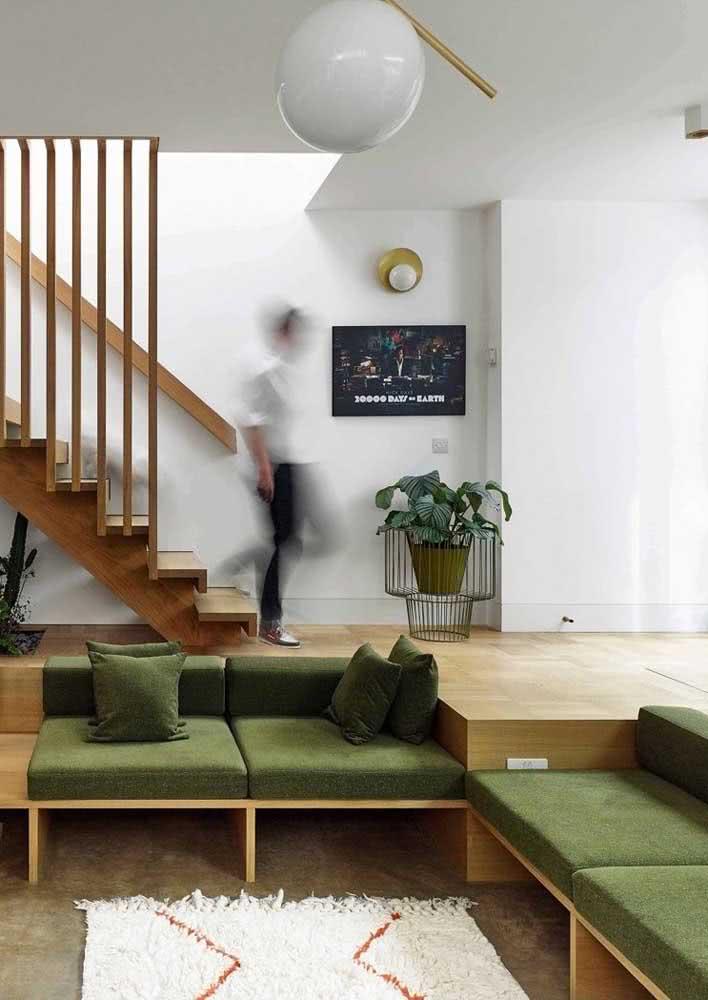 Mas quando a intenção é agregar elementos naturais combine o sofá verde com madeira e tons terrosos