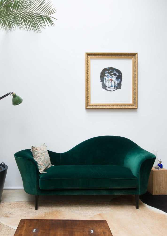 Verde, de veludo e cheio de curvas: um sofá para não passar despercebido!