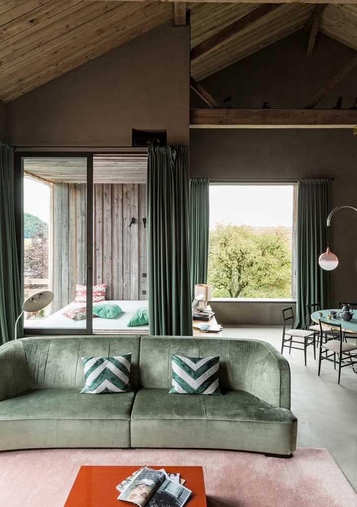 Sofá verde claro para combinar com a madeira escura da casa