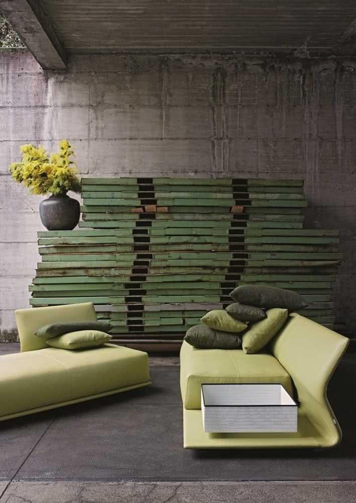 Com design diferenciado, esse sofá verde limão é o grande charme da área externa