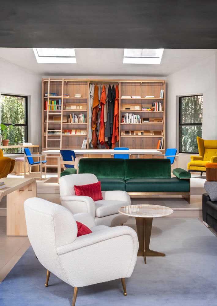 Aqui, o sofá verde divide espaço com estofados de outras cores