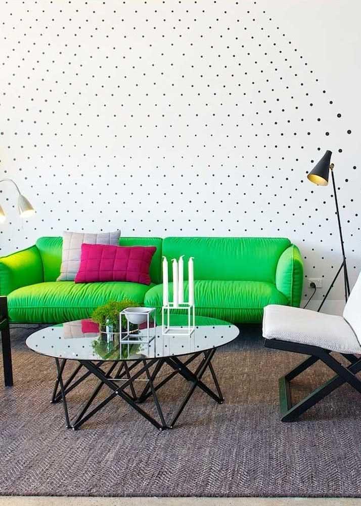 Entre o branco e o preto um sofá verde limão de arrancar suspiros!