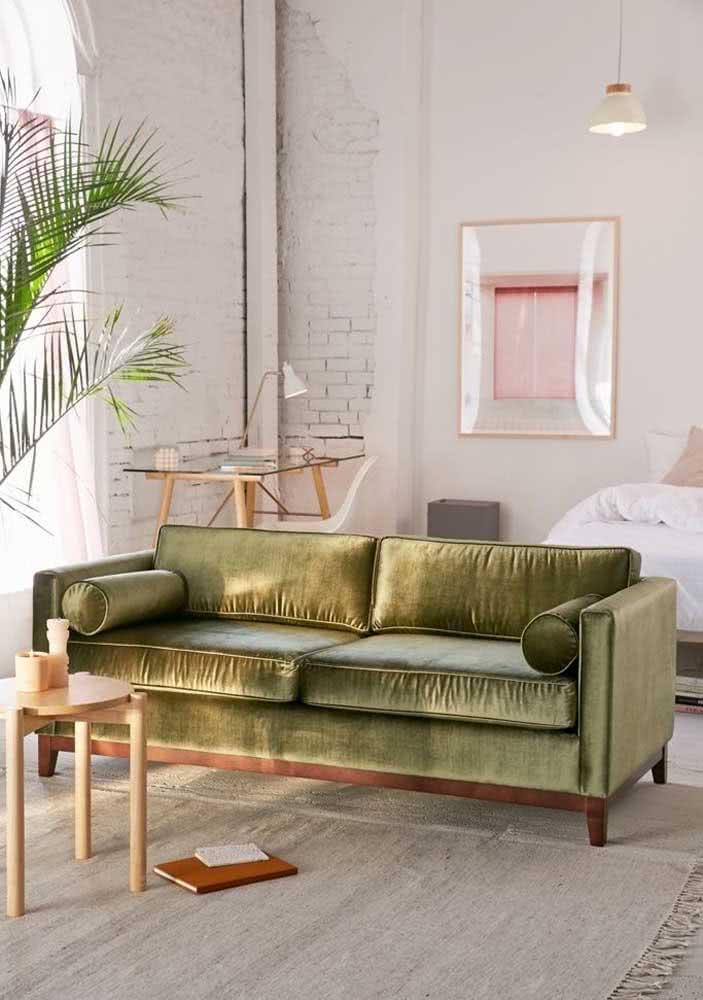 Na sala boho, o sofá verde oliva de veludo também é sucesso