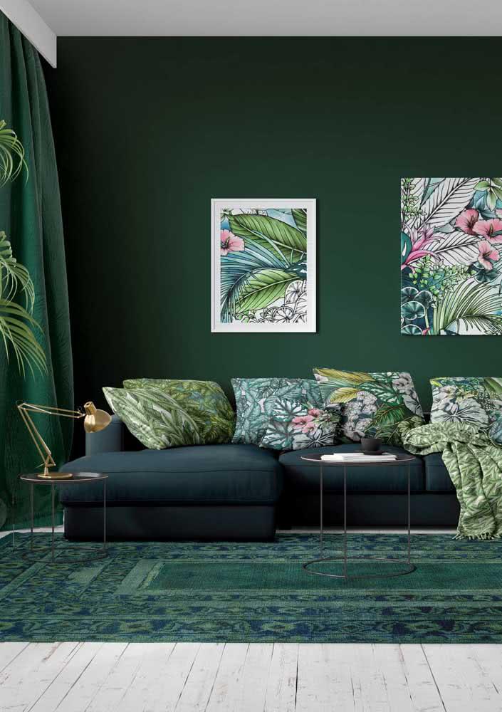Já pensou ter uma sala toda verde? Das paredes ao piso, passando pelo sofá, as cortinas e o tapete