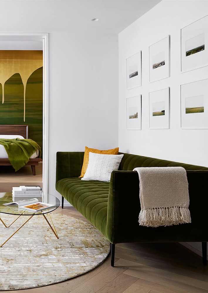 Sala clássica decorada com sofá verde e tons neutros