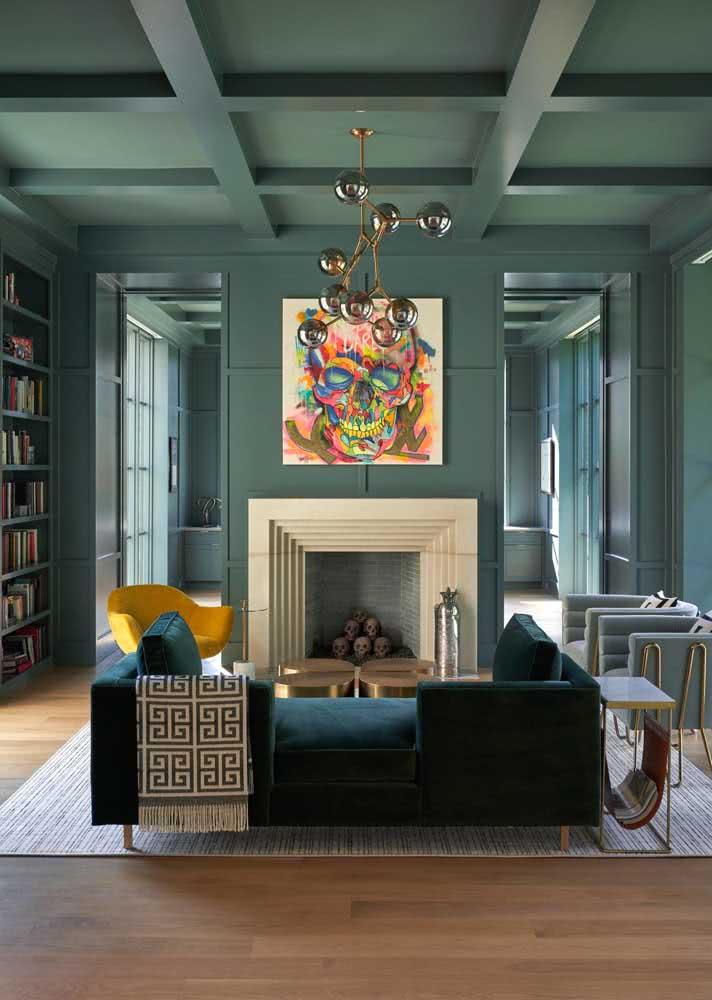 Sofá verde escuro em contraste com as paredes e o teto azul