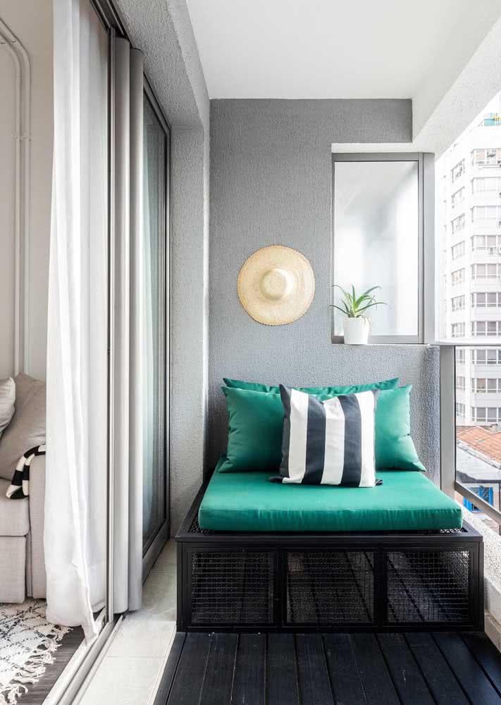 Um sofazinho verde pra varanda e o seu cantinho relax está pronto