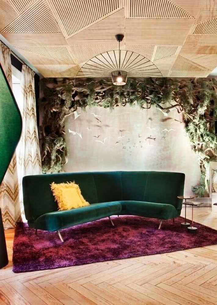Essa sala apostou no charme do sofá verde com a ousadia do tapete roxo