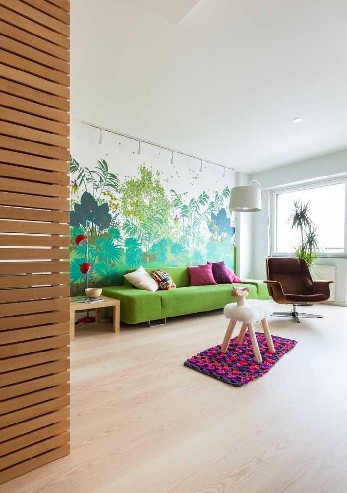 Lúdica e alegre: o sofá verde ajuda a criar o clima de descontração no ambiente