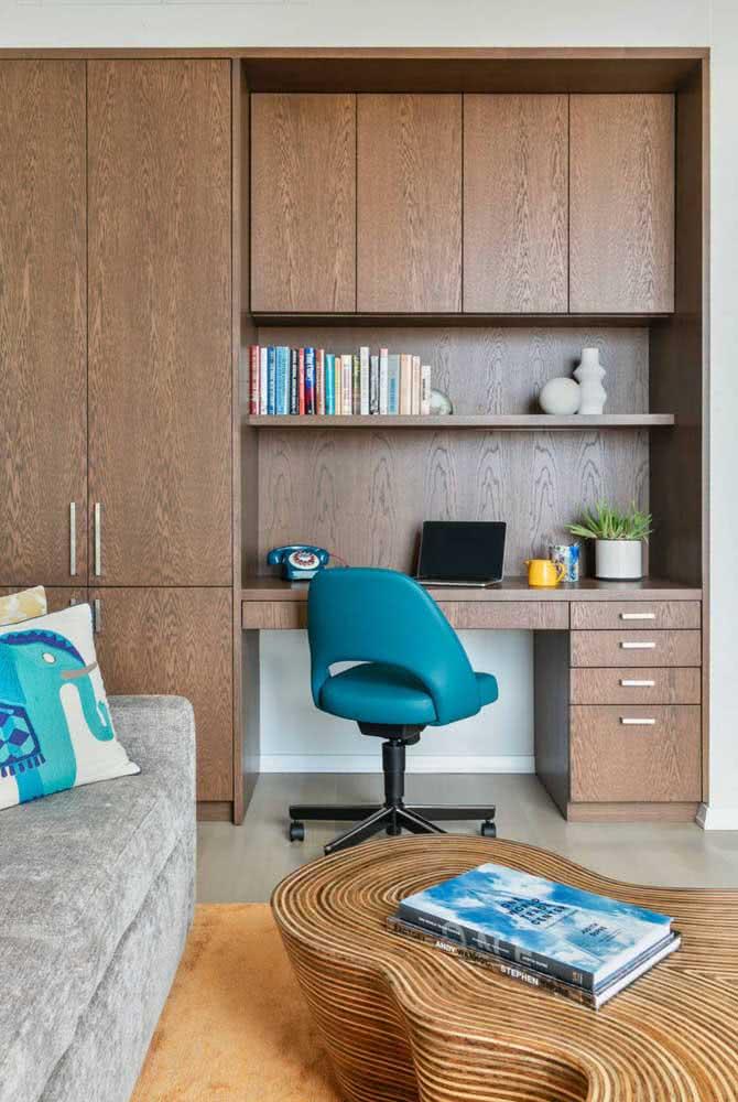 Mas se preferir um cantinho de estudo na sala aproveite o espaço da estante