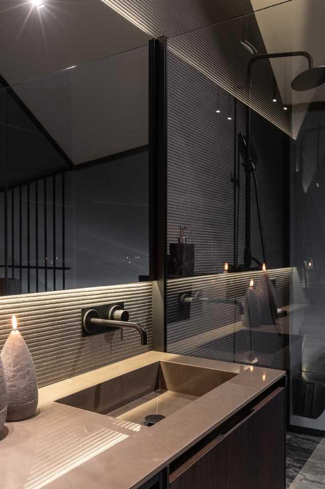 O porcelanato marrom confere classe e elegância para a bancada do banheiro