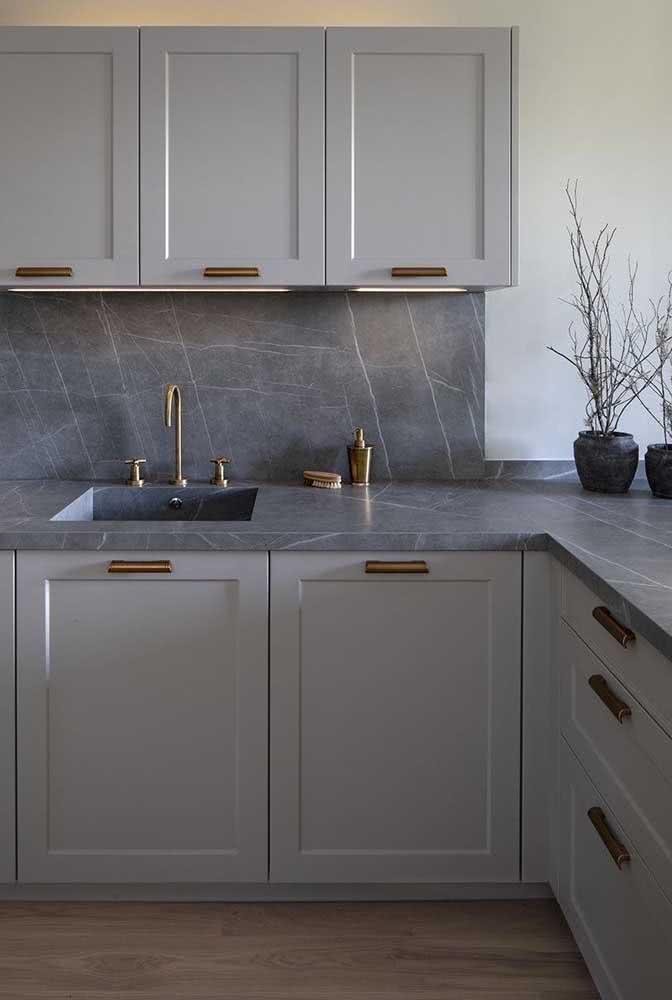 Pia de porcelanato para cozinha com textura de mármore combinando com os armários cinza
