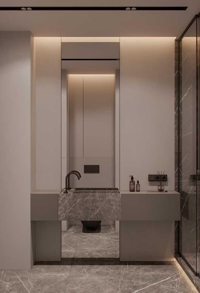 Pia de porcelanato combinando com o piso. Destaque para os metais pretos que fecham o projeto com muito estilo