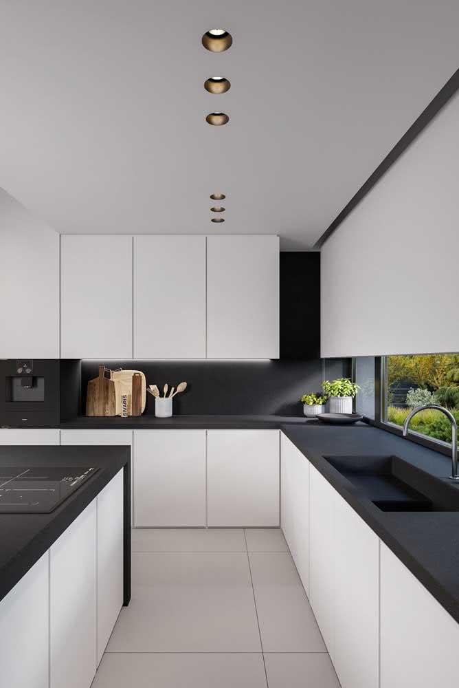 Pia de porcelanato preto polido para uma cozinha moderna e muito sofisticada